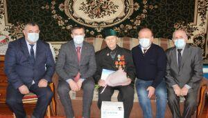 Глава района в Дрожжаном поздравил участника войны с юбилеем