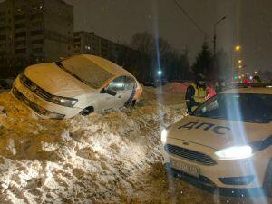 В Казани пьяный на каршеринге вылетел в сугроб на обочине и убежал с места ДТП