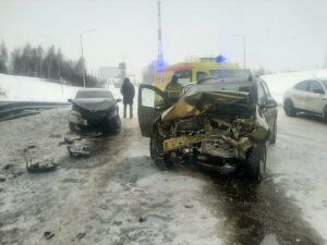 Четыре человека пострадали в лобовом столкновении двух иномарок в Челнах