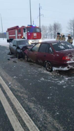 Водители попали в больницу после лобового столкновения их авто на трассе в РТ