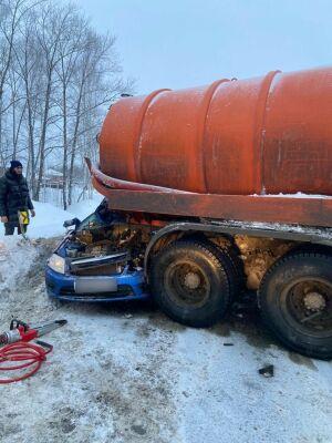 Легковушка влетела под колеса ассенизаторской машины на трассе под Казанью