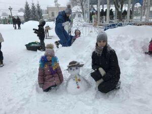 Снежная баба вверх тормашками: в Чистополе слепили креативных снеговиков