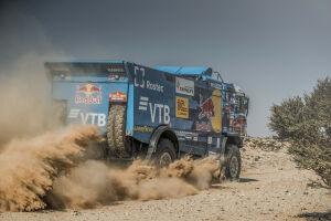 «КАМАЗ» проехал более двухсот км со спущенным колесом, но выиграл этап «Дакара»