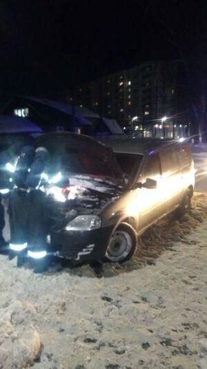 Загоревшуюся в Казани легковушку потушили снегом