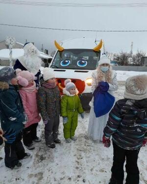 По улицам Тетюш на автобусе в виде быка проехали Дед Мороз и Снегурочка