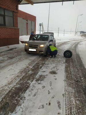 Инспекторы ДПС в РТ помогли автоледи с детьми, на авто которой лопнуло колесо