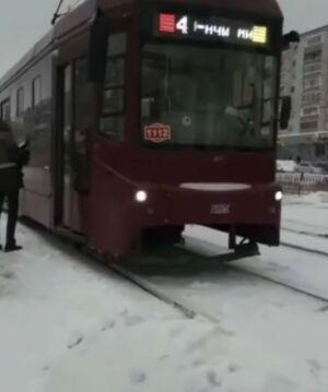 Пожилая женщина получила тяжелые травмы, попав под трамвай в Казани