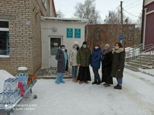 Врачей и пациентов Covid-госпиталя Чистополя поздравили с новогодними праздниками