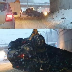 Из-за перевернувшейся машины под мостом в Казани образовалась большая пробка