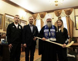 Татарстанскому митрополиту женская команда по хоккею с мячом подарила клюшку