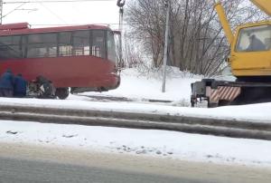 В Казани трамвай сошел с рельсов, его поднимали с помощью крана