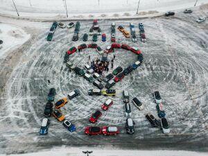 В Казани 70 владельцев MINI Cooper составили фигуру в виде сердца из машин