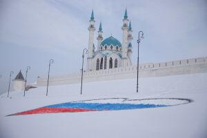Под Казанским Кремлем появился триколор в форме сердца