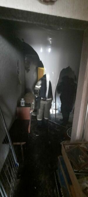 Жительница Казани во время пожара выбрасывала из окна горящие книги и посуду