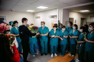 Волонтеры-медики с Днем любви поздравили врачей и пациентов горбольницы №7