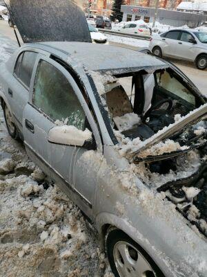 Загоревшуюся легковушку в Казани пытались потушить снегом