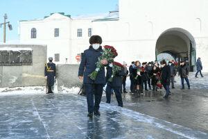 Рустам Минниханов возложил цветы к памятнику Мусы Джалиля