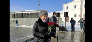 Дочь Мусы Джалиля возложила цветы к памятнику отца в Казани