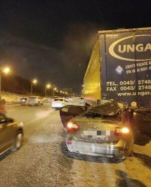 В Казани легковушка при обгоне въехала под фуру, водитель в больнице