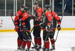 Хоккейный клуб «Нефтяник» одержал домашнюю победу, дважды забив в большинстве