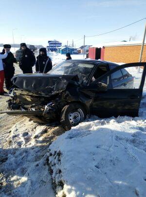 Водитель и пассажир авто в больнице после лобового столкновения с грузовиком в РТ