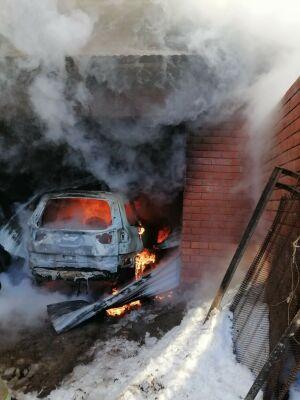 В Челнах во время подзарядки аккумулятора загорелось авто внутри гаража