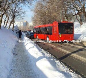 Мужчина пострадал в лобовом столкновении автобуса и легковушки в Казани