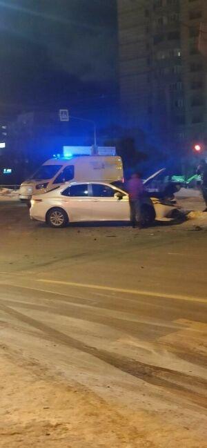 В Казани легковушка вылетела на красный и протаранила авто, двое в больнице