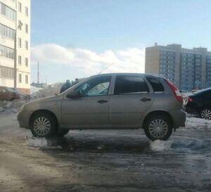 В Челнах дворники вызвали восхищение горожан снимком авто на снежных «кирпичиках»