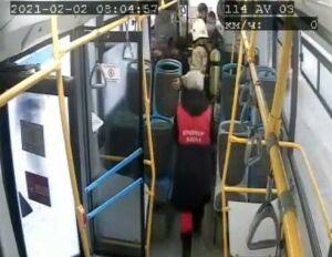 Водитель и кондуктор автобуса в Казани помогли ребенку, который потерял сознание