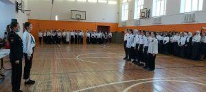 Автоинспекторы провели смотр песни и строя в казанской школе
