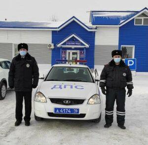 Сотрудники ГИБДД спасли водителя заглохшего авто, который замерзал на трассе в РТ