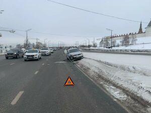 Водителю легковушки стало плохо после ДТП с другим авто под Кремлем в Казани