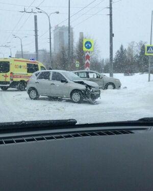 В Казани юный водитель вылетел на красный и протаранил авто, пострадала женщина