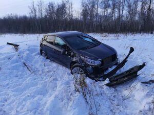 Легковушка вылетела со скользкой трассы в РТ, подросток-пассажир получил травмы