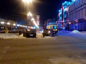 Две легковушки не поделили перекресток в Казани и столкнулись, пострадала женщина