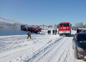 Пожарные и сотрудники вывели из горящей фермы в татарстанском селе 77 коров