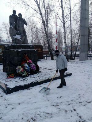 За неоплаченные штрафы ПДД татарстанец убирал снег на Аллее славы