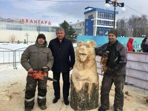 Мэр Зеленодольска выпилил деревянного медведя и испек блинов на Масленице