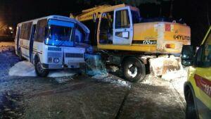 Два человека пострадали в аварии с автобусом и экскаватором в Нижнекамске