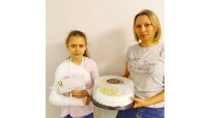 Мэр Зеленодольска передал абонемент в бассейн девочке, которую сбил снегоход