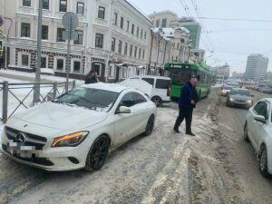 В центре Казани троллейбус догнал «Мерседес», пострадала водитель легковушки