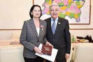 Мухаметшин вручил олимпийской чемпионке Логиновой медаль в честь столетия ТАССР