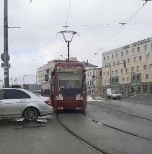 В центре Казани встали трамваи из-за брошенного на путях «Мерседеса»