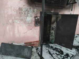 Ночью в Казани загорелась квартира в жилом доме, пожарные спасли 12 человек