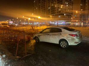 В Казани легковушка провалилась в глубокую яму под асфальт