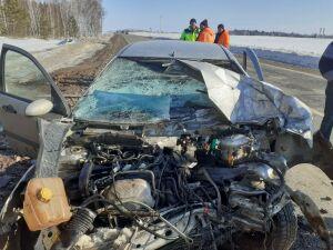 Водитель легковушки получил травмы, влетев на встречке в грузовик на трассе в РТ