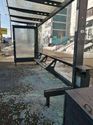 В Казани вандалы разгромили остановку общественного транспорта