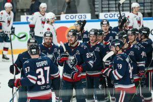 Хоккейный клуб «Нефтехимик» расторг контракты с двумя игроками