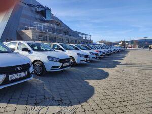 Минниханов вручил росгвардейцам ключи от 40 новых служебных автомобилей